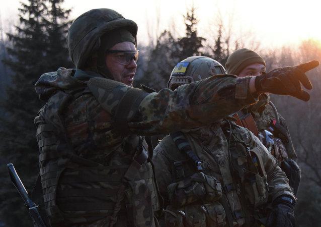 Combattenti del battaglione paramilitare ucraino Azov