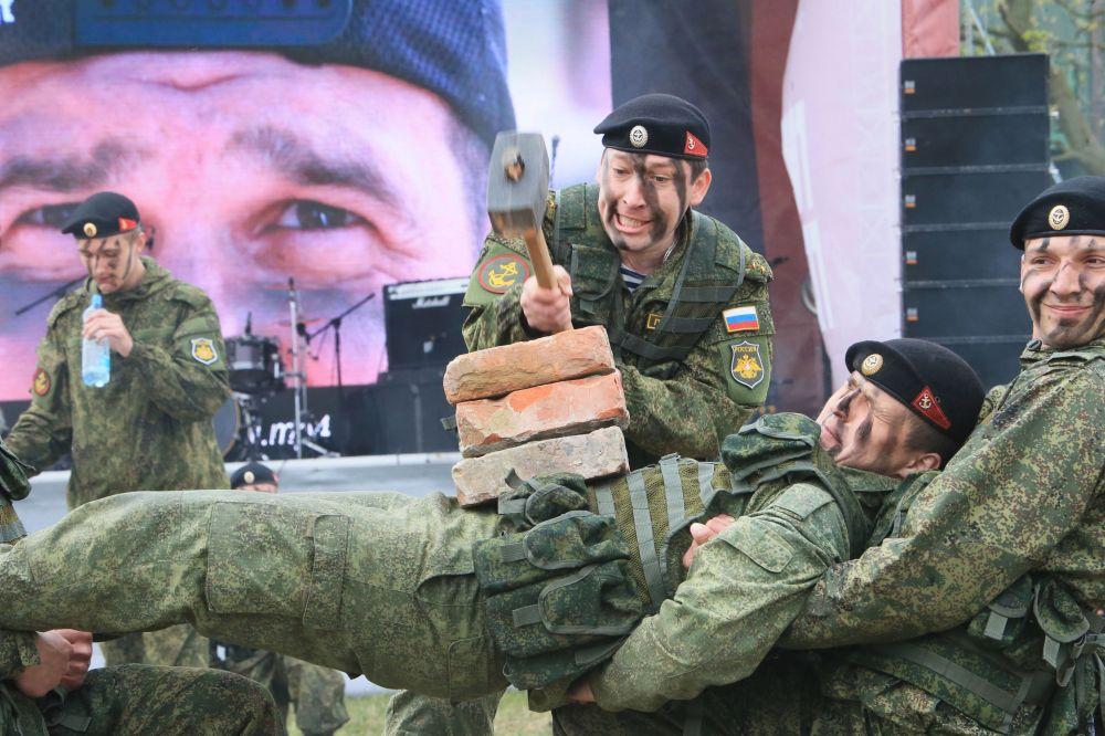 I soldati russi  si preparano per la Corsa degli Eroi.