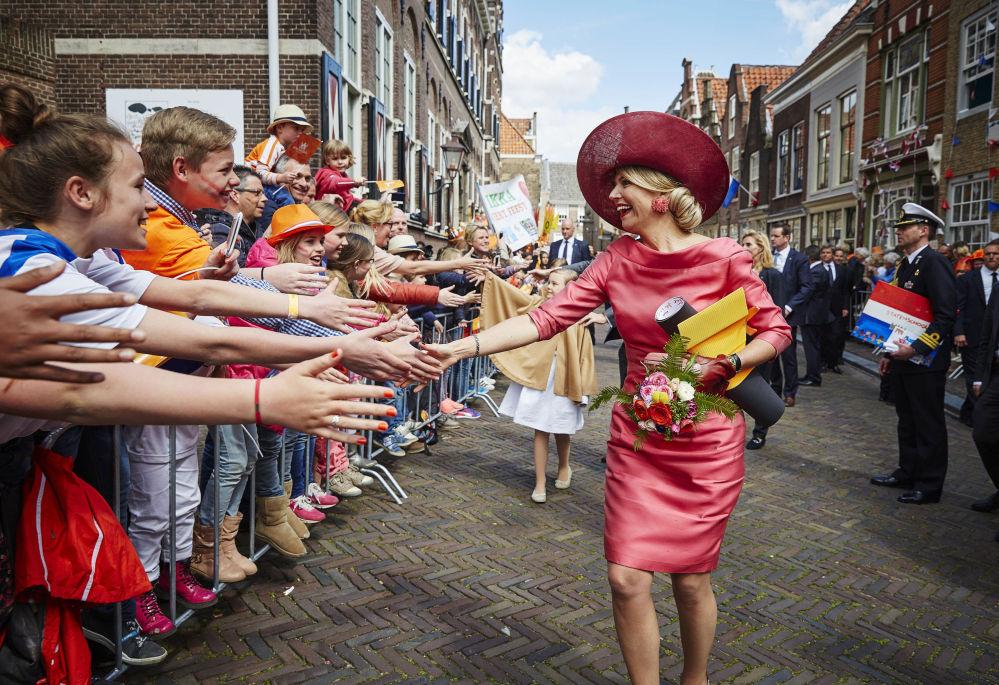 La regina olandese incontra i suoi sudditi.
