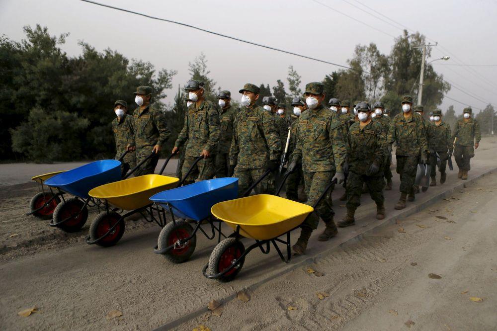 Soldati arrivano nella città di Ensenada in Cile, colpita dall'eruzione del vulcano Calbuco.