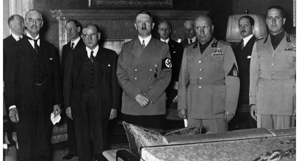 Hitler, Mussolini, Chamberlain e Daladier alla firma dell'accordo di Monaco.