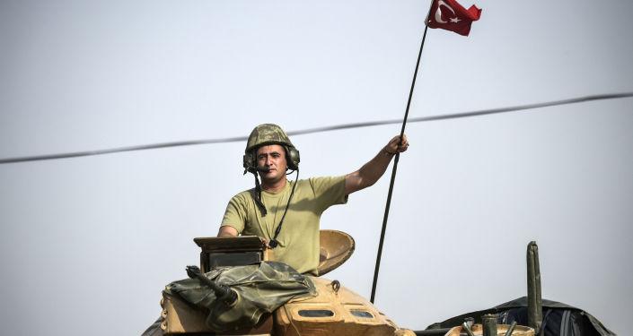Soldato turco su un carro armato in Siria