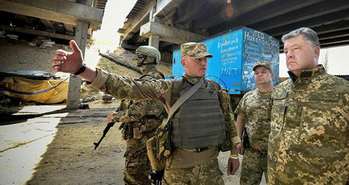 Poroshenko in visita tra i militari dell'operazione ATO nel Donbass (foto d'archivio)