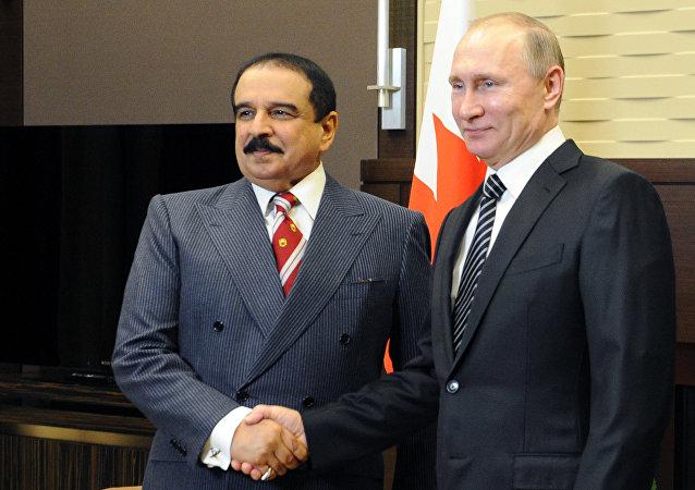 Il presidente russo Vladimir Putin con il re del Bahrein Hamad bin Isa Al Khalifa