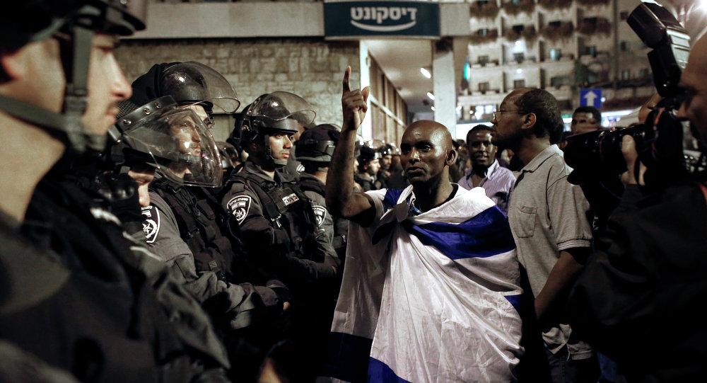 Un ebreo etiope protesta di fronte alla residenza del primo ministro israeliano Netanyahu.
