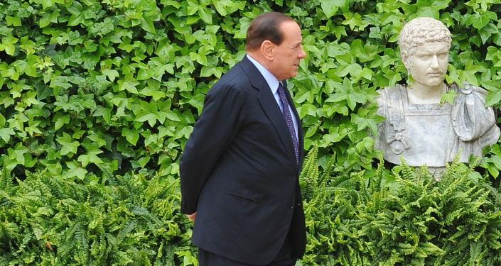 Silvio Berlusconi aspetta il arrivo dell'emiro di Kuwait per un intervento a Villa Madama, 2010