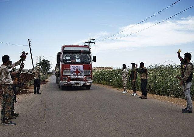 Un auto con aiuti umanitari del Comitato della Croce Rossa (CICR) in Siria. Foto d'archivio.
