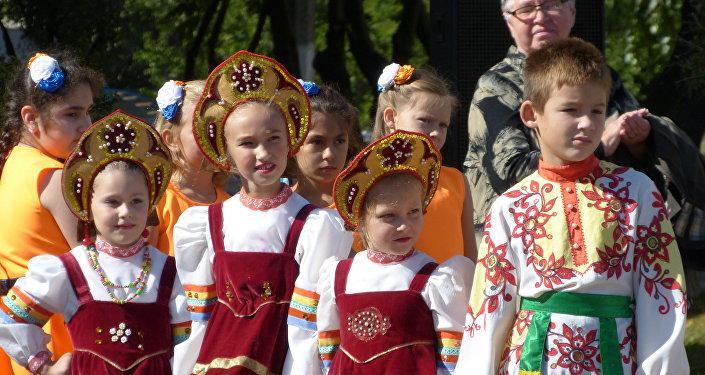 I bambini durante le elezioni nel Donbass.