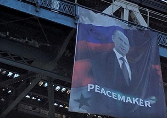 La gigantografia di Putin sul Manhattan Bridge di New York.