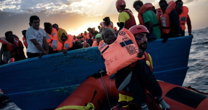 Salvataggio di un bambino dalla nave naufragante nel Mediterraneo.
