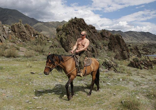 Putin a cavallo durante una vacanza del 2009 nella repubblica di Tyva.