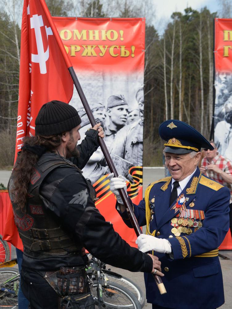 Il presidente del motoclub Lupi Notturni Aleksandr Zaldostanov ed il presidente dell'Associazione Veterani di Guerra Yurij Sudakov a Ekaterinburg