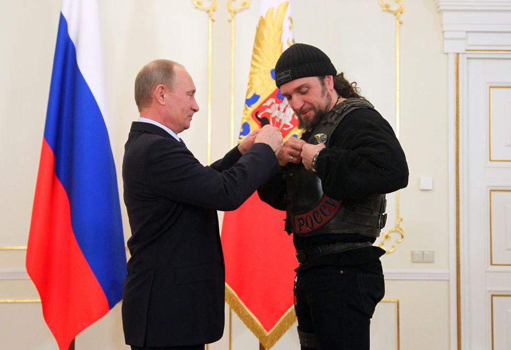 Vladimir Putin consegna l'ordine d'onore al leader dei Lupi Notturni Aleksandr Zadolstanov.