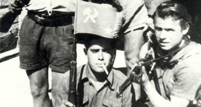 Giuseppe Gennari con partigiani sovietici