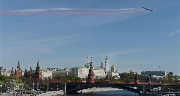 I caccia Sukhoi Su-25 solcano il cielo del centro di Mosca durante la Parata della Vittoria 2016