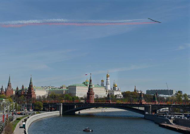 I caccia Sukhoi Su-25 solcano il cielo del centro di Mosca durante la prova Generale della Parata della Vittoria.
