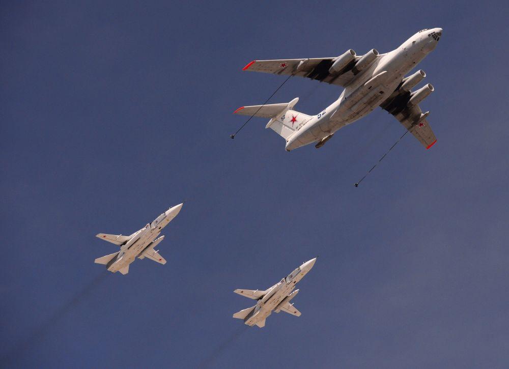 L'aereo da rifornimento IL-78 ed i caccia Sukhoi Su-24 durante la prova generale della Parata della Vittoria.