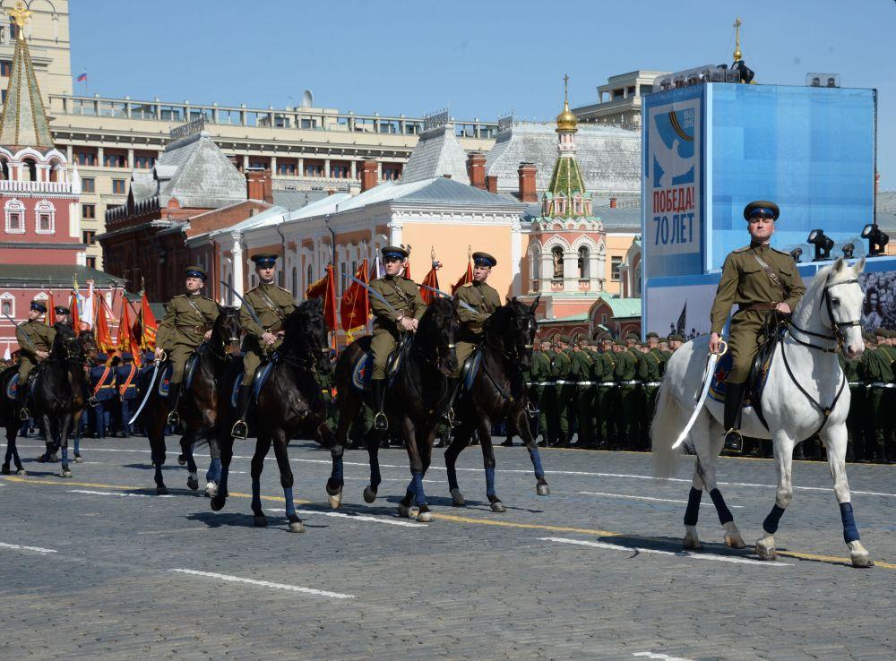 Soldati nell'uniforme storica sfilano sulla Piazza Rossa.