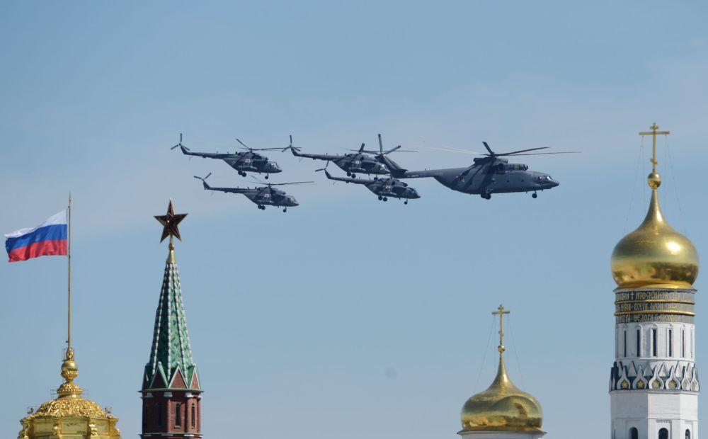 Gli elicotteri da trasporto Mil Mi-26 e Mil Mi-8 nel cielo di Mosca.