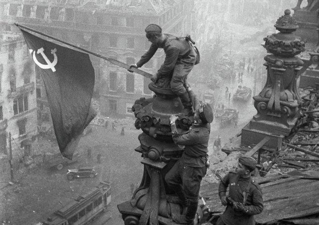 Bandiera dell'Urss sul Reichstag a Berlino