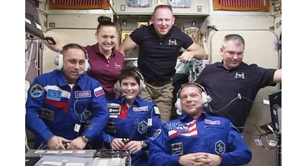 In questa immagine di NASA-TV i  membri  di Expedition 42:  Anton Shkaplerov, Samantha Cristoforetti,Terry Virts in basso; in alto Elena Serova,Barry Wilmore e Alexander Samokutyaev