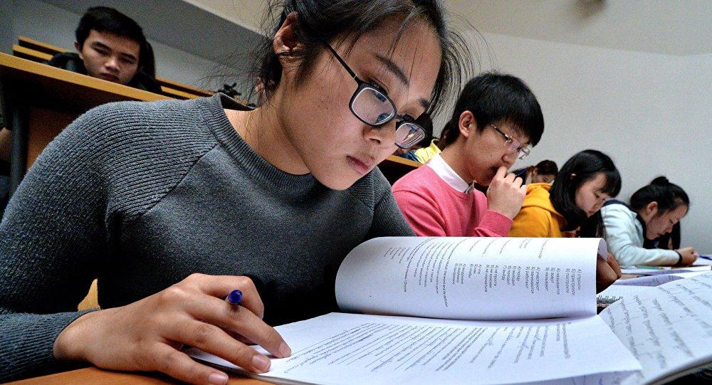 Una studentessa straniera dell'Università di Vladivostok durante la prova di dettato in russo