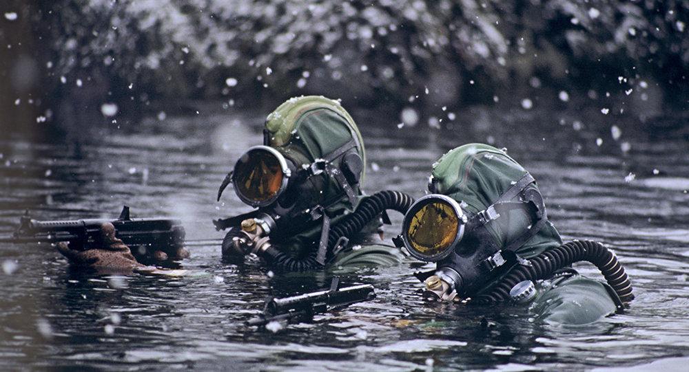 Uomini delle forze speciali russe in un'esercitazione nel mare di Barents