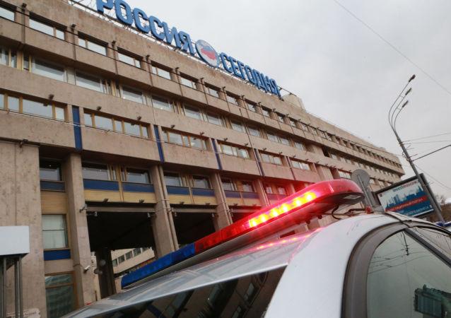 Polizia davanti la sede dell'agenzia russa di stampa internazionale Rossiya Segodnya