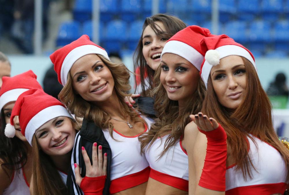 Una squadra di cheerleader della città russa di Nizhny Novgorod durante una partita di pallacanestro