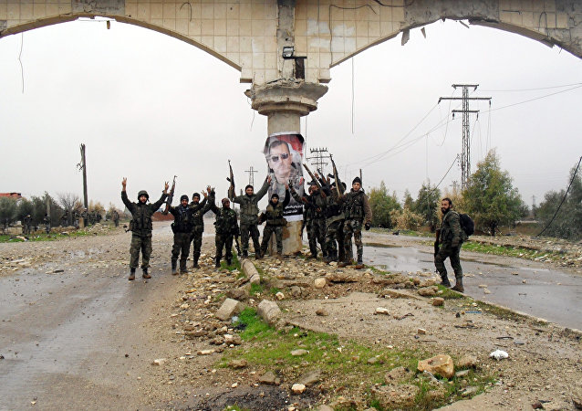 Soldati siriani festeggiano vittoria contro Al-Nusra a sud di Daraa