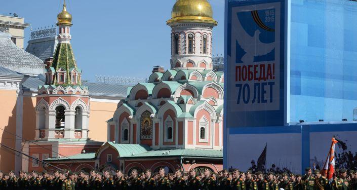Un enorme stendardo recante la scritta 70 anni dalla Vittoria accoglierà i militari sulla Piazza Rossa.