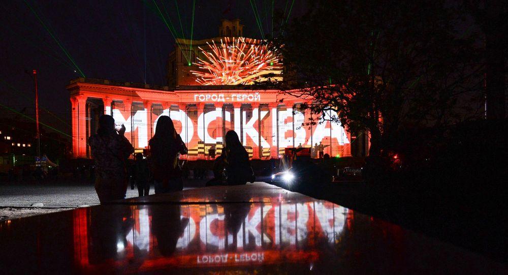 Giochi di Luce sulla facciata del Teatro dell'Armata Rossa.