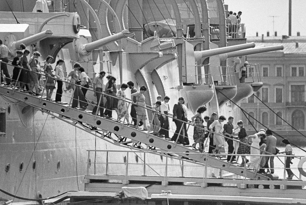 Turisti sulla scaletta dell'incrociatore Aurora