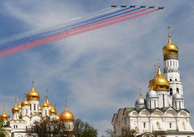 I SU-25 scrivono nel cielo i colori della bandiera russa