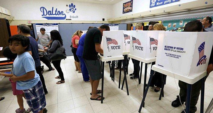 Votazione in un seggio elettorale a Azusa, California