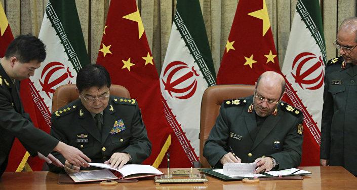Il ministro della difesa cinese Chang Wanquan e il suo omologo iraniano Hossein Dehghan