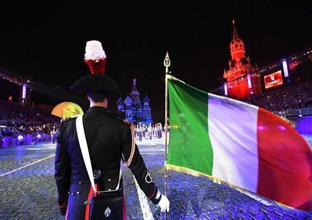Bandiera italiana sullo sfondo del Cremlino