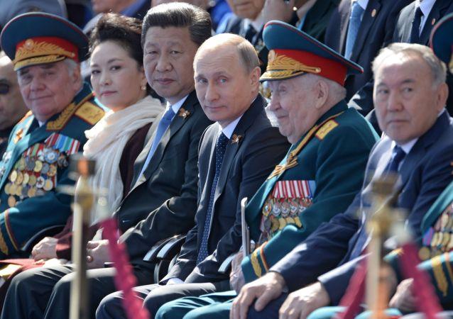 Vladimir Putin il 9 maggio  sulla Piazza Possa insieme ai leader di altri paesi e veterani di WW2