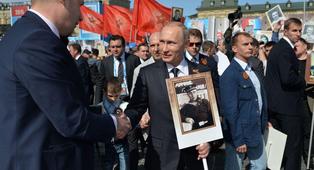 Vladimir Putin alla guida del corteo di Reggimento Immortale