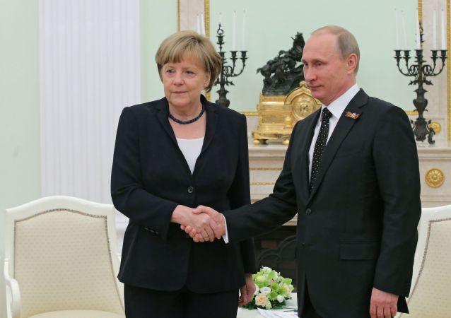 Incontro al Cremlino tra Vladimir Putin e Angela Merkel (foto d'archivio)
