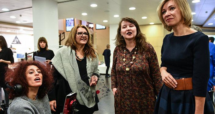Letizia Renis presso la sede di MIA Rossiya Segodnya, insieme a Maria Zakharova