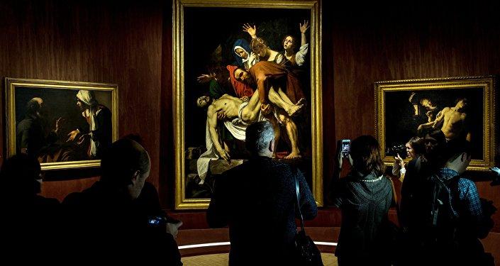 Visitatori alla più grande mostra al mondo della collezione dei Musei Vaticani Roma Aeterna.