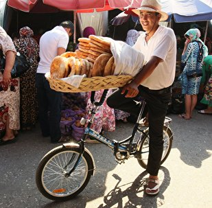 Un venditore al mercato Berkat di Grozny
