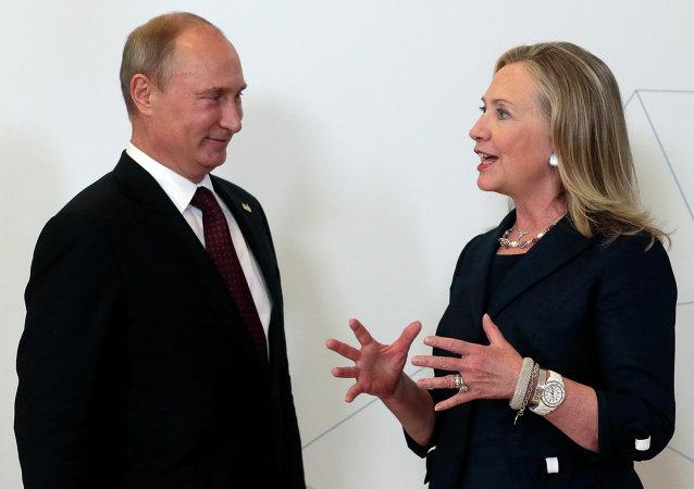 Vladimir Putin e Hillary Clinton (foto d'archivio)
