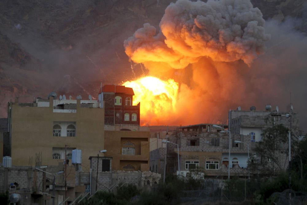 Sanaa, una bomba colpisce un deposito di munizioni.