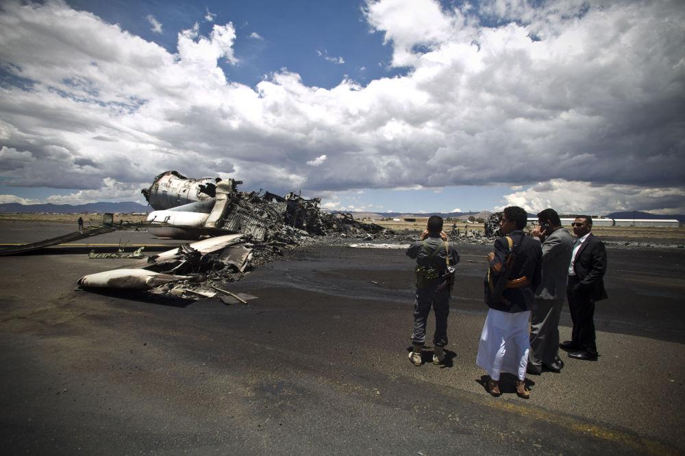 Un aereo distrutto all'aeroporto di Sanaa.