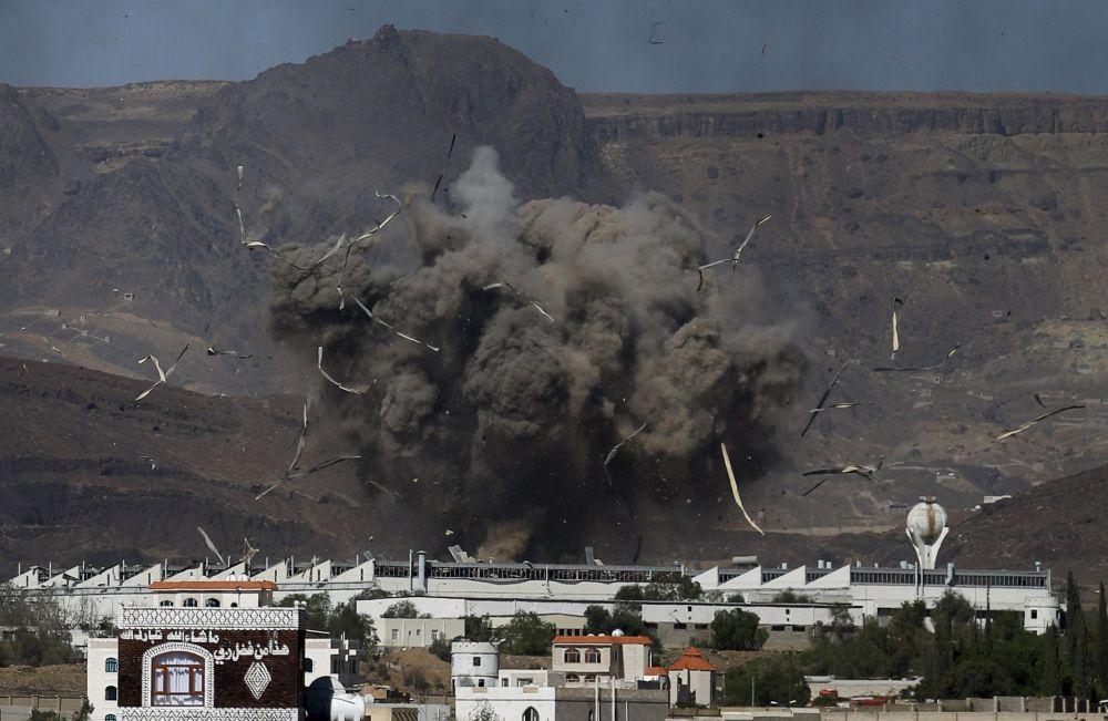 L'attimo dopo un bombardamento a Sanaa.