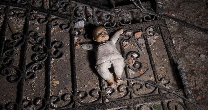 Una bambola per terra.