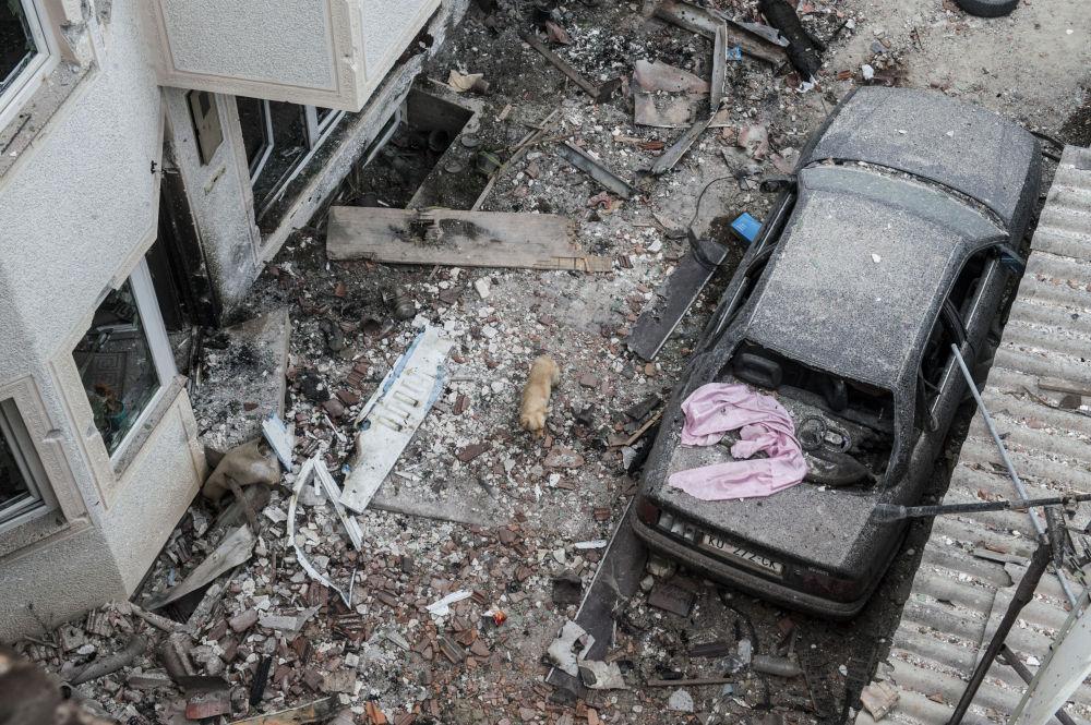Distruzione tra le vie della città dopo gli scontri tra gruppi armati e polizia a Kumanovo.