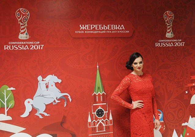 Appese le chiodate al chiodo, Elena Isinbayeva è testimonial dei mondiali di calcio di Russia 2018